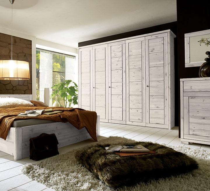 Schlafzimmer mit weiß-lasierter Oberfläche