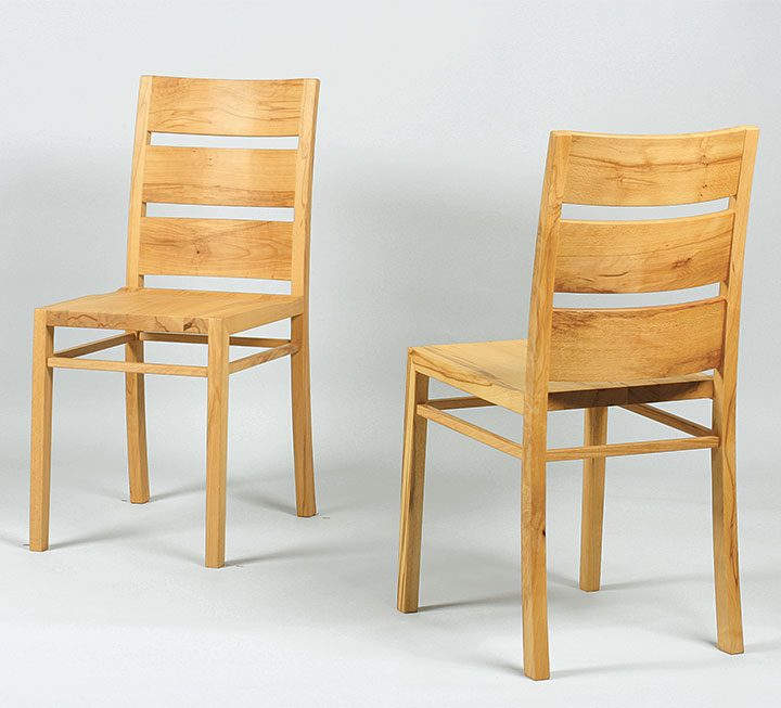 Stühle mit Holzsitz